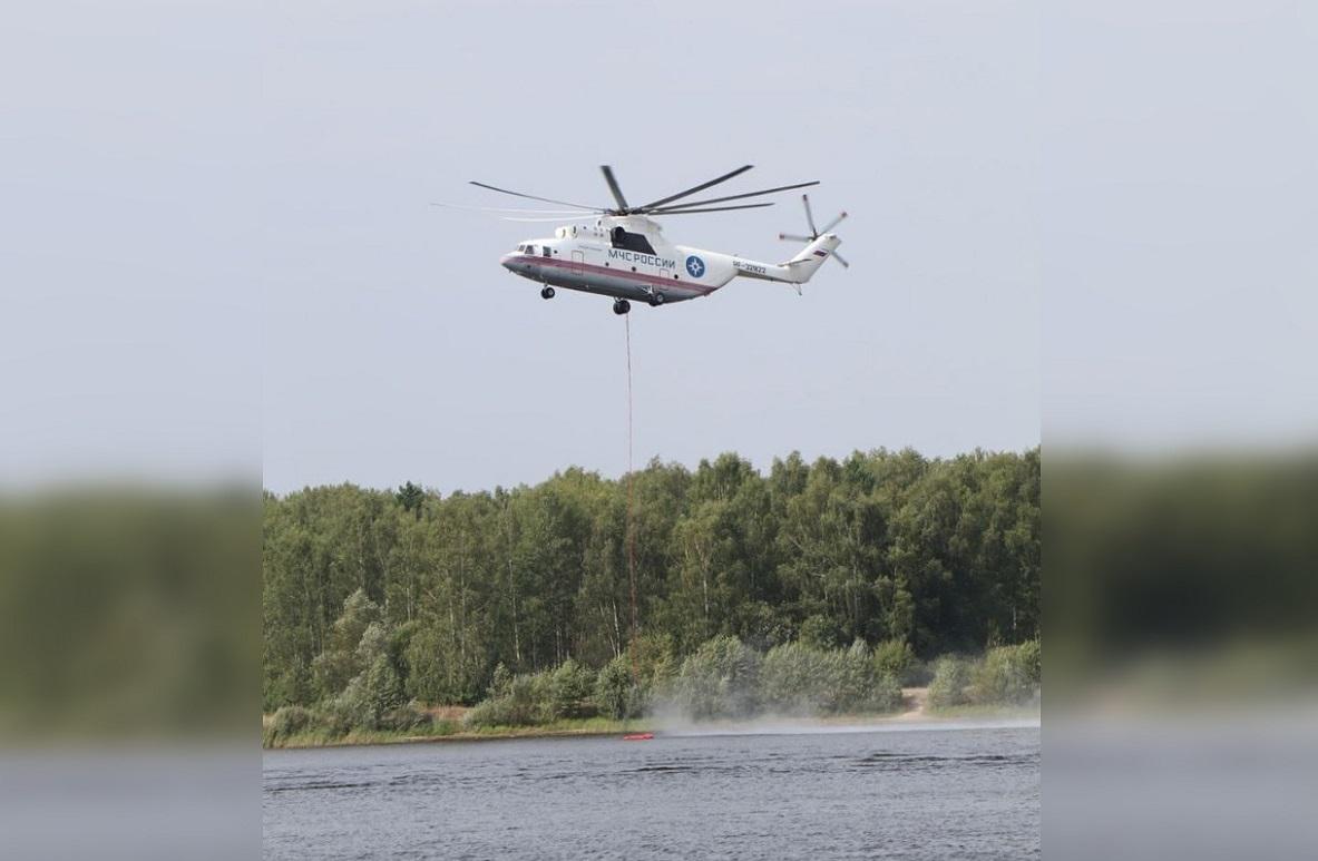 Почти 1,5 тысячи спасателей продолжают борьбу с лесным пожаром в районе Первомайска