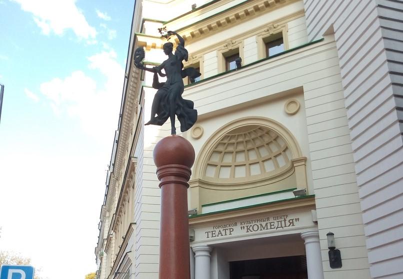 Колонна около театра «Комедiя» обрела свой первоначальный вид