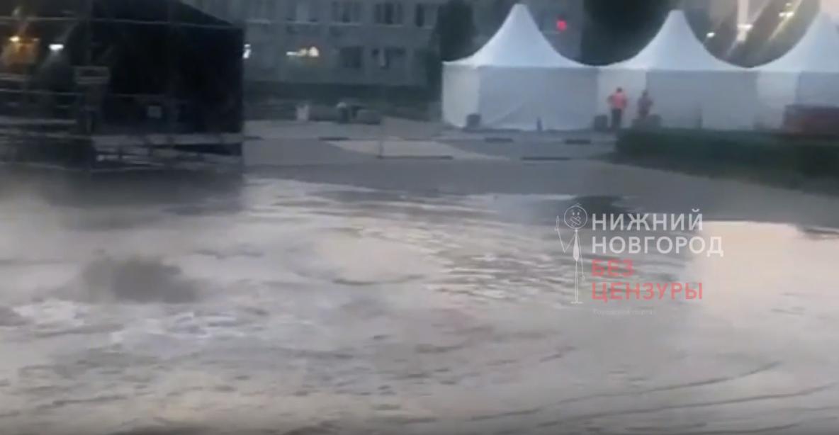 Более 40 домов остались без горячей воды из-за прорыва трубопровода на Советской площади
