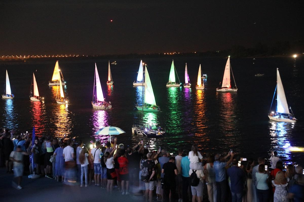 Фото дня: ночное свечение яхт и шоу флайбордистов