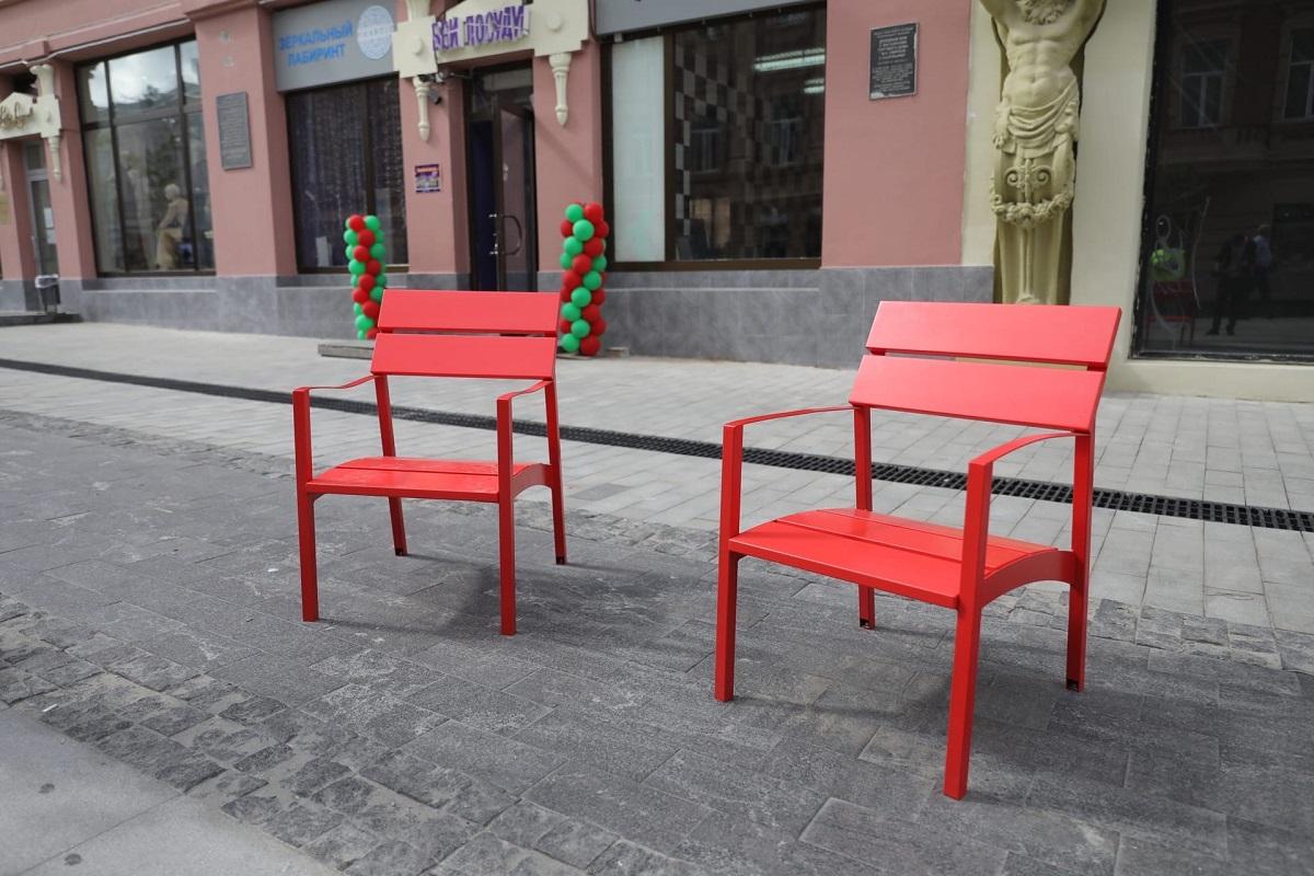 Подрядчик восстановит сломанные стулья на Большой Покровской