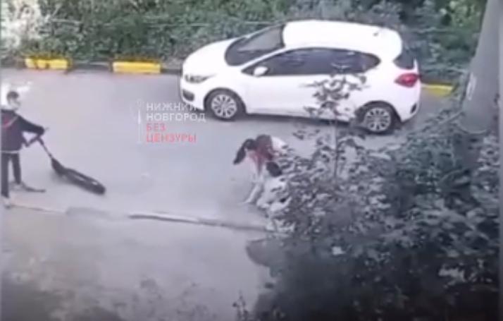 Опубликовано видео, как водитель электросамоката сбил 13-летнюю девочку в Нижнем Новгороде