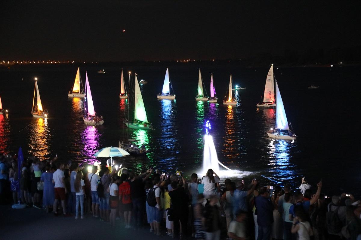 Ночное свечение яхт и шоу флайбордистов