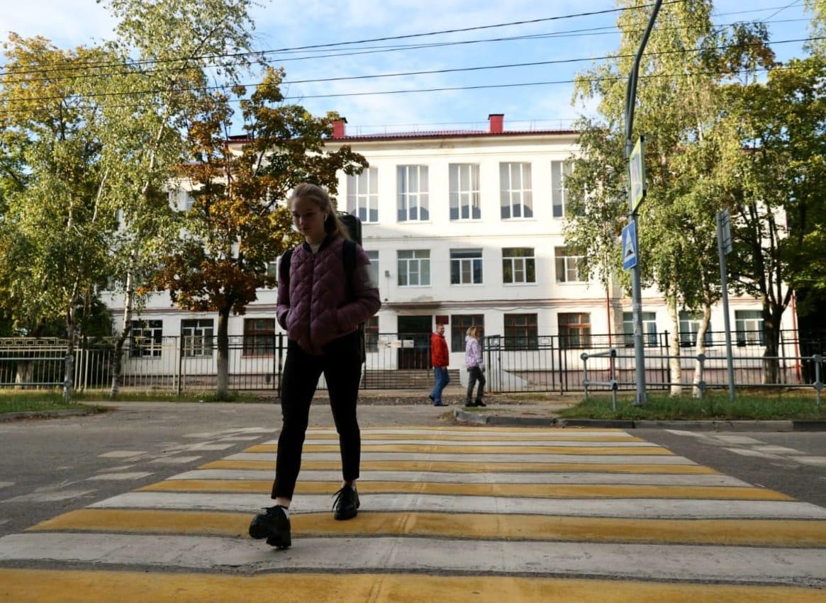 В Дзержинске ко Дню знаний обновлена дорожная разметка рядом со школами и детскими садами