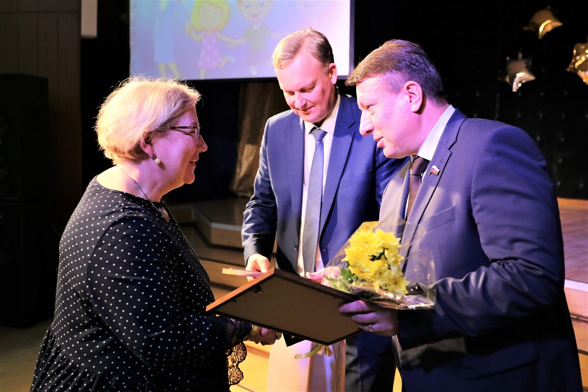 Олег Лавричев наградил учителей и воспитателей Советского района
