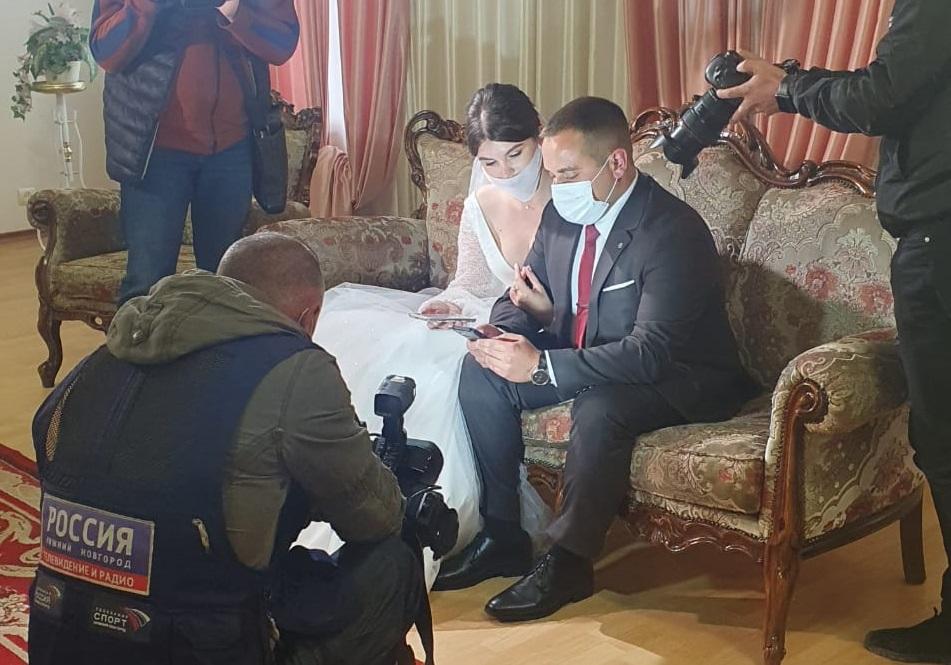 Молодожены из Нижнего Новгорода проголосовали дистанционно перед регистрацией брака
