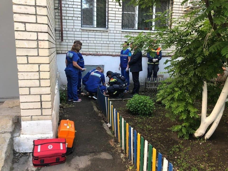 Подросток выпал из окна и разбился насмерть в Арзамасе