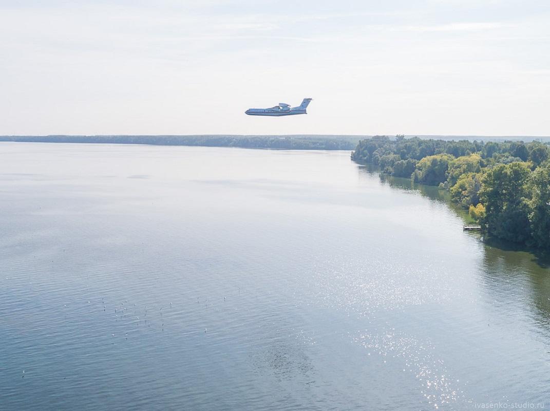 Нижегородский фотограф заснял, как самолеты заправляются водой для тушения лесных пожаров