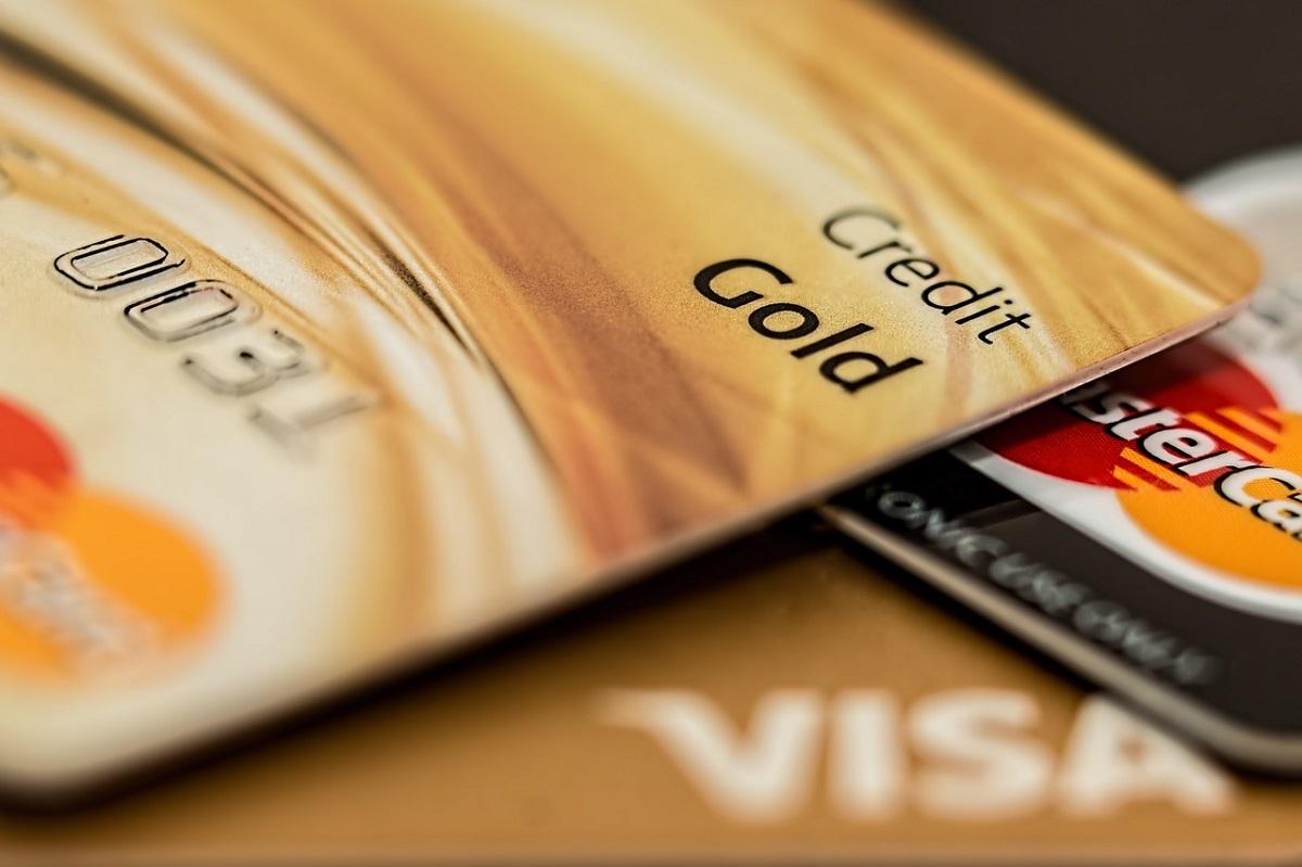 Работница банка обманом перевыпустила 97 кредитных карт клиентов на 3,5 миллиона рублей