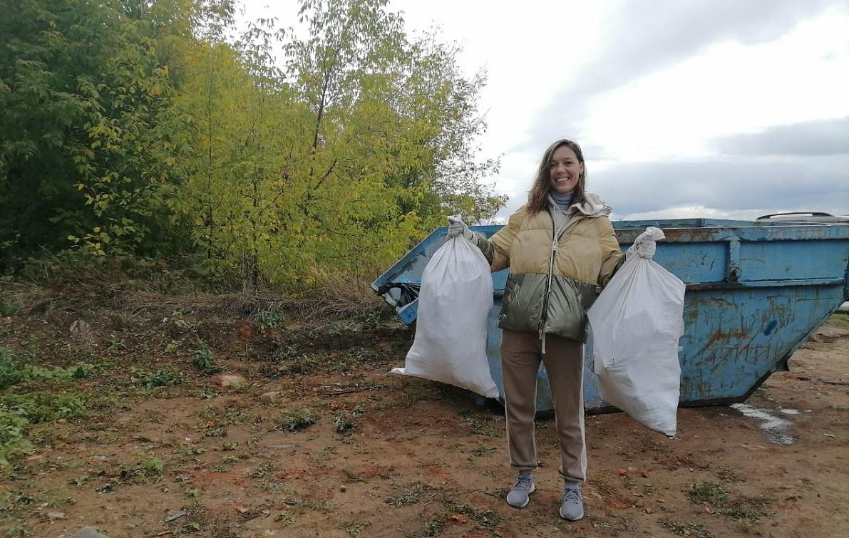 ВоВсемирный день чистоты волонтеры очистили отмусора набережную реки Оки наулице Черниговской вНижнем Новгороде