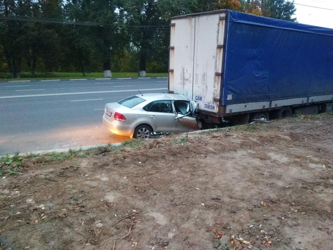 Водитель Volkswagen при обгоне врезался в большегруз на проспекте Гагарина