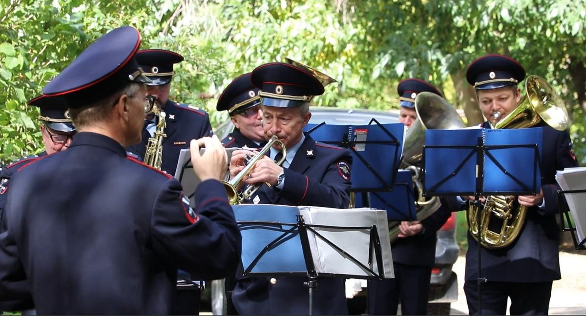Музыканты поздравили ветерана из Заволжья с днем рождения
