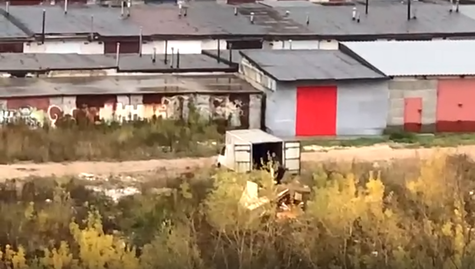 Неизвестные вывозят мусор на территорию гаражей в Кузнечихе