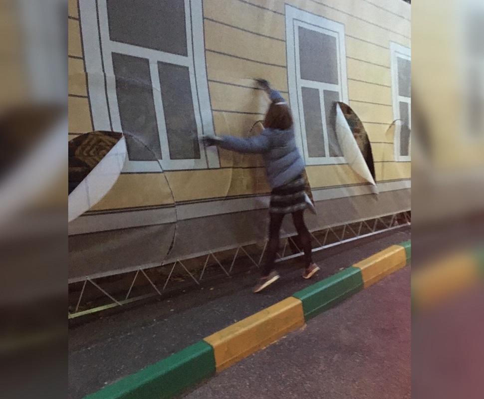 Нижегородка ножом разрезала фальшфасад в Холодном переулке