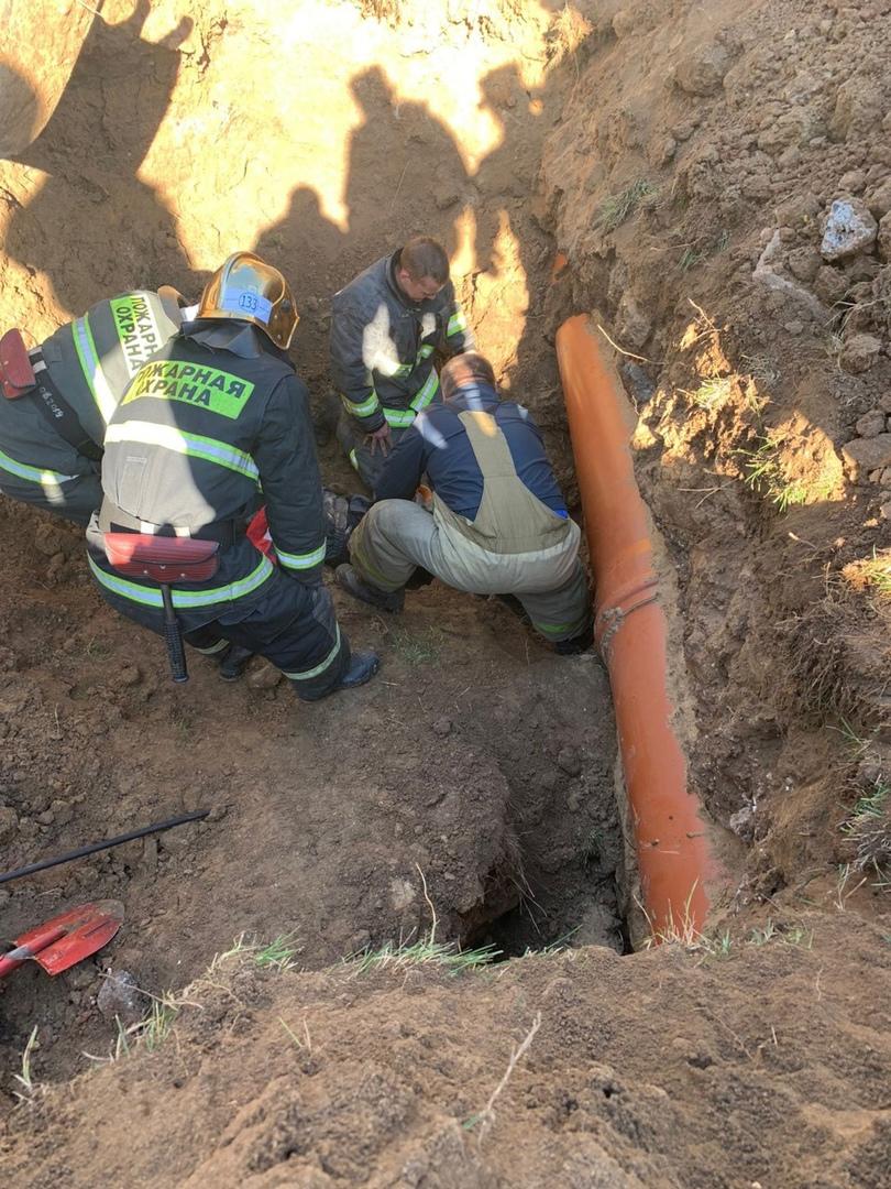 Два человека оказались под землей при обвале грунта в Кстовском районе