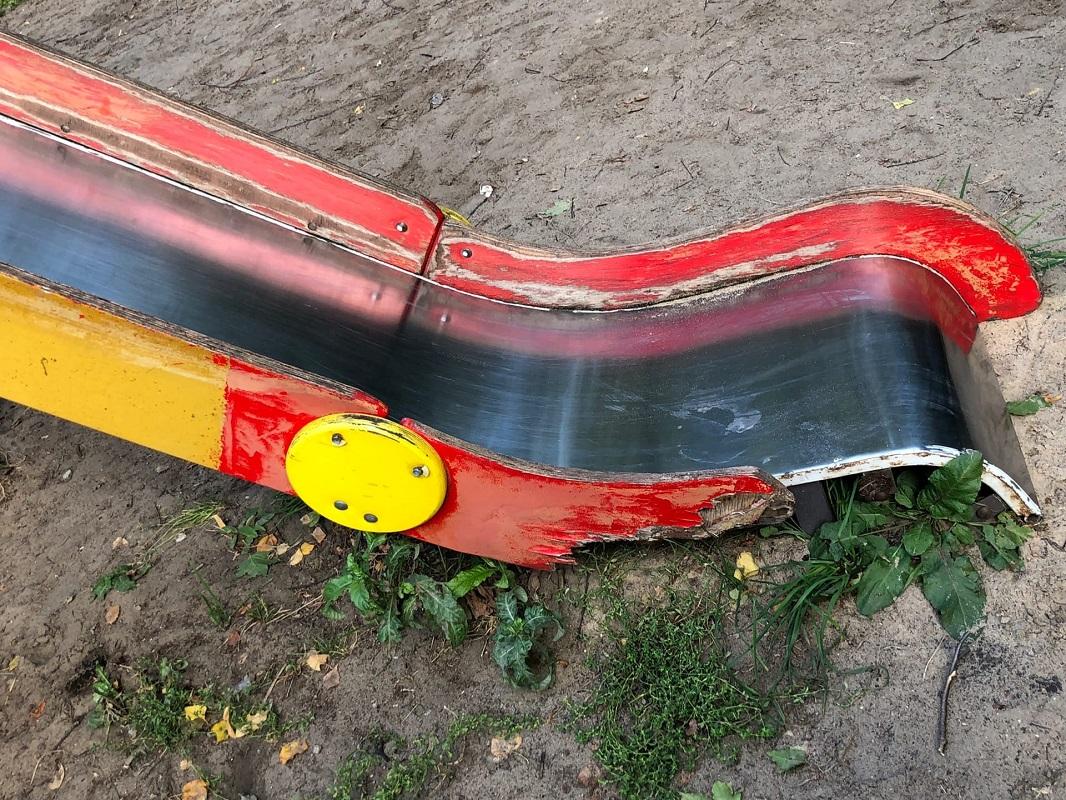Разрушенные детские аттракционы в парке Свердлова заменят в ближайшее время
