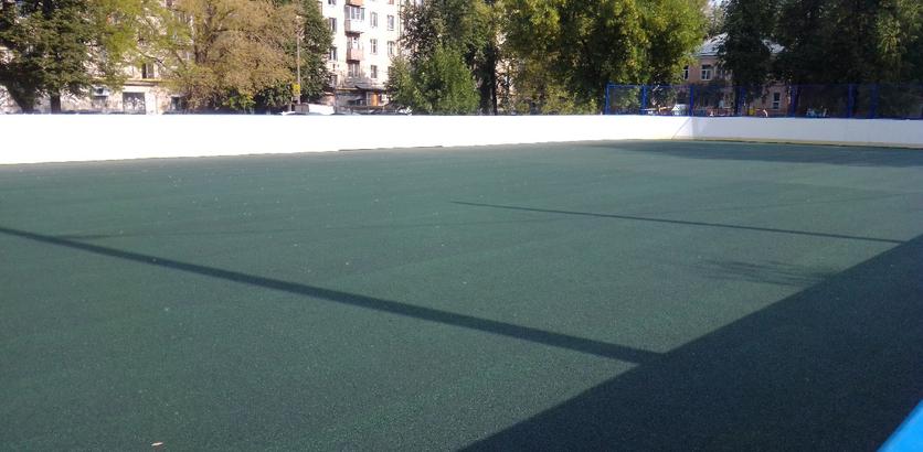 На хоккейной площадке в Ленинском районе уложили резиновое покрытие