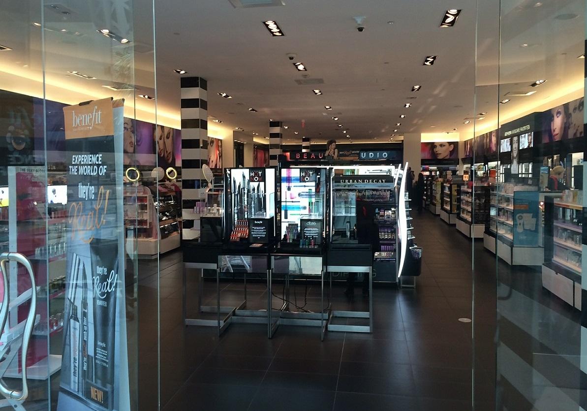 Бери Шанель: рассказываем, как устроена жизнь внутри магазинов косметики
