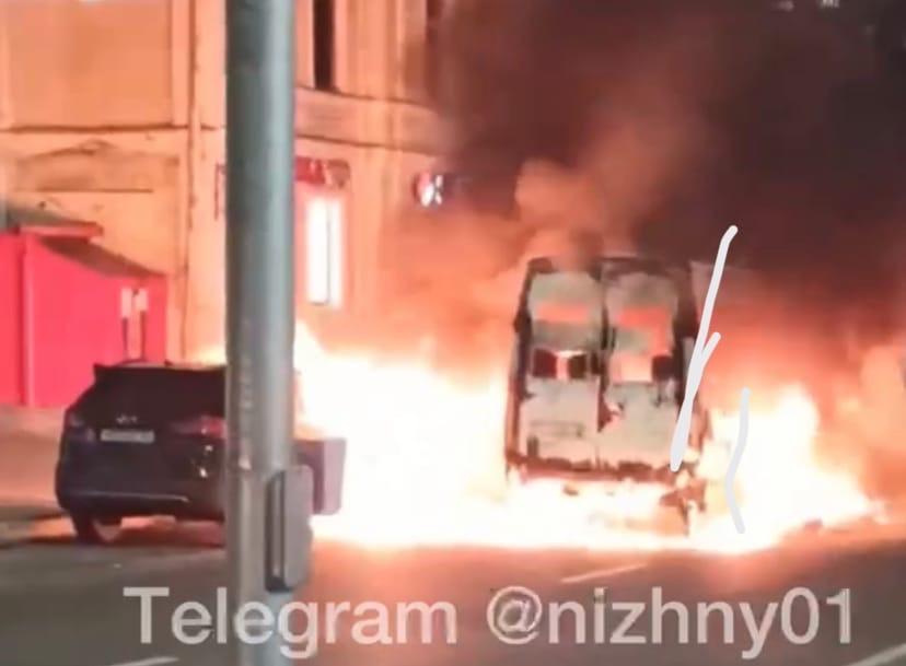 Два автомобиля сгорели у Дома связи на площади Горького