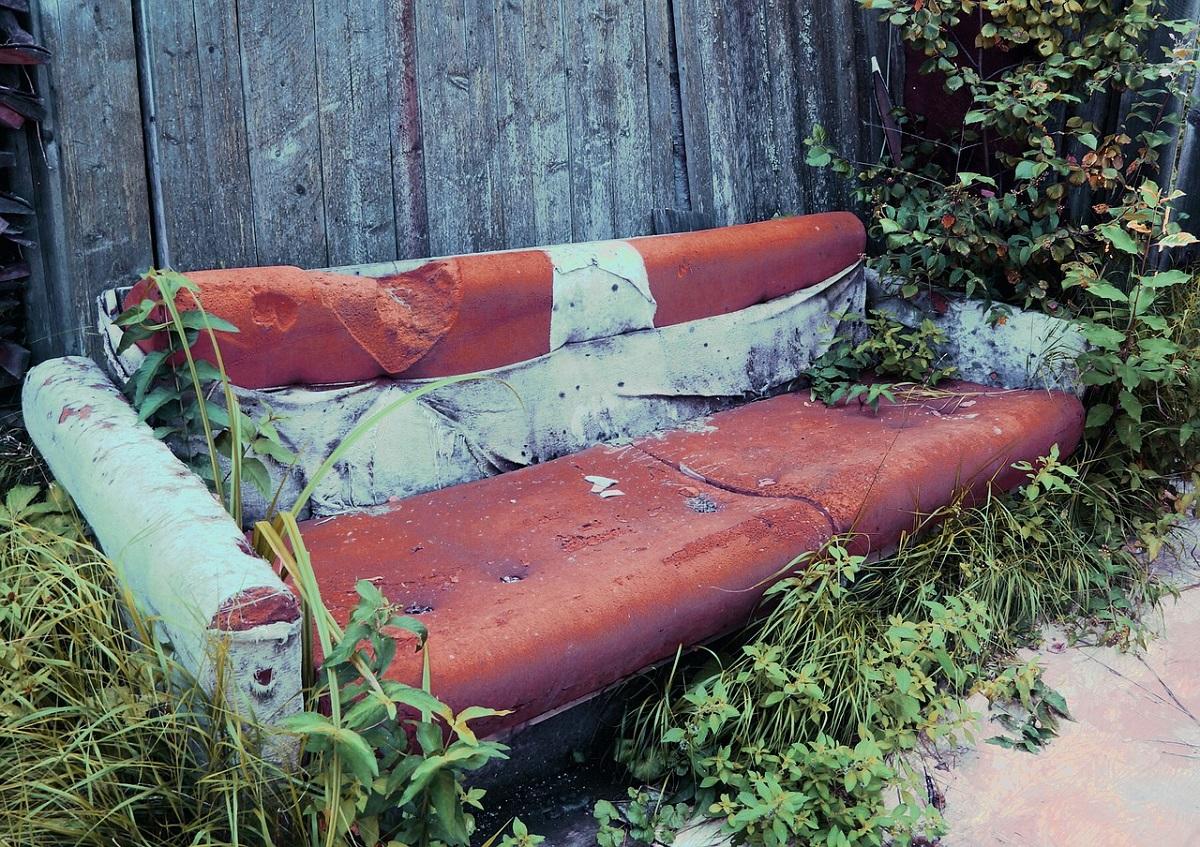 Стоп, машины: старый диван как альтернатива дорожному знаку