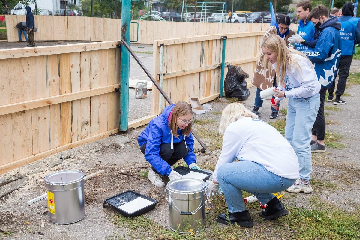Активисты привели в порядок хоккейную коробку на территории школы №52 в Нижнем Новгороде