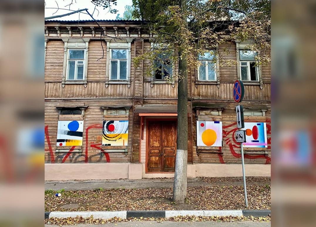 Выставка стрит-арт художника Тимофея Малярова открылась в квартале церкви Трех Святителей