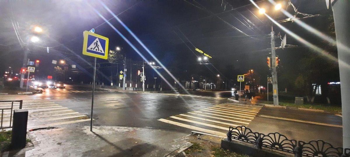 Полиция ищет водителя, сбившего двух человек на светофоре в центре Нижнего Новгорода