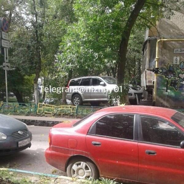 Внедорожник въехал в газовую трубу дома в Нижегородском районе