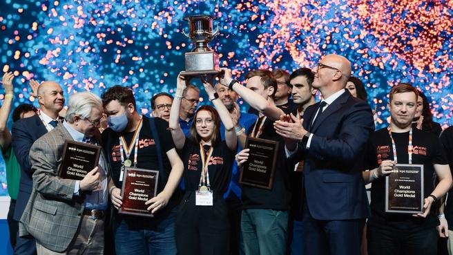 Глеб Никитин поздравил ННГУ спобедой начемпионате мира попрограммированию среди университетских команд