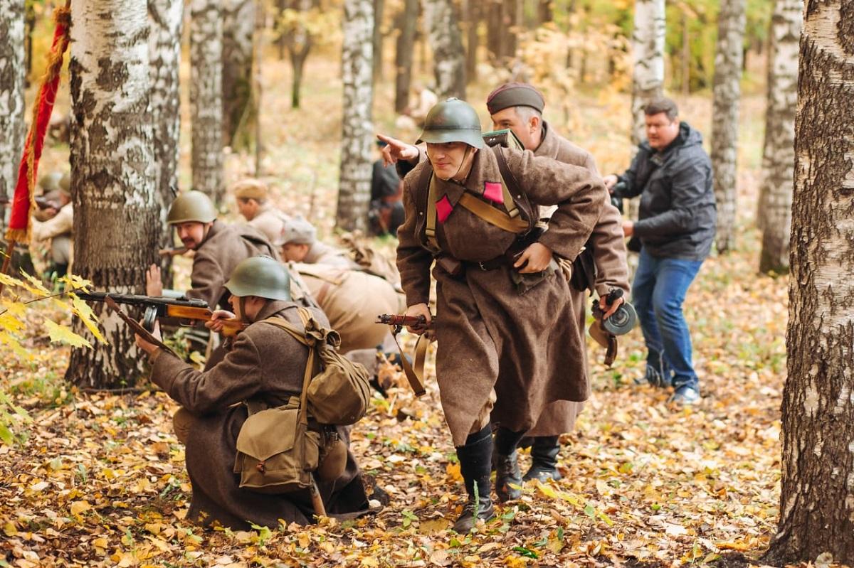 Эпизод боя 137-й Горьковской стрелковой дивизии показали реконструкторы в парке «Швейцария»
