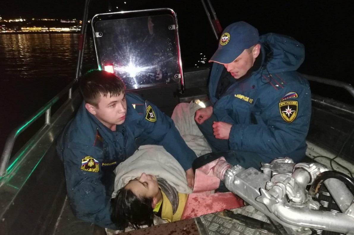 Спасатели вытащили тонущую девушку из Волги около Канавинского моста
