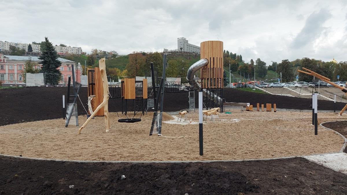 Рабочие почти доделали детскую площадку на Нижневолжской набережной
