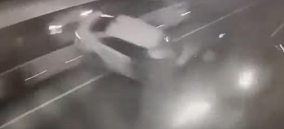 Момент жуткой аварии с участием Ксении Собчак попал на камеры видеонаблюдения