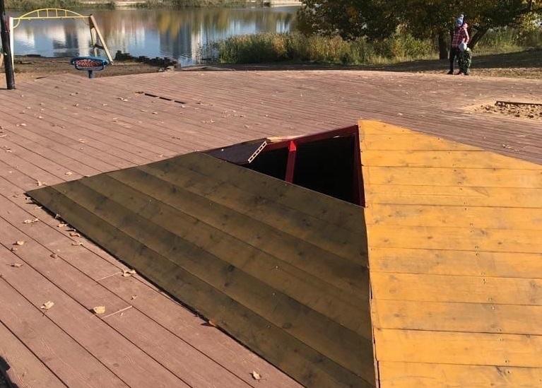 Отремонтированная детская площадка на Мещерском озере сломалась