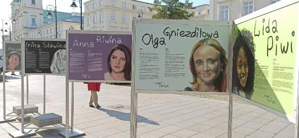 Фото Ирины Славиной появилось на выставке «Лидерки перемен» в центре Варшавы